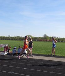 Senior+Annemarie+Michael+runs+the+3200m